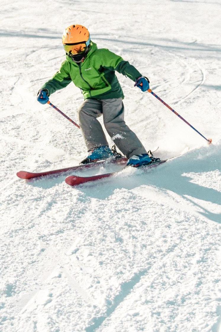 スキーをするキッズ